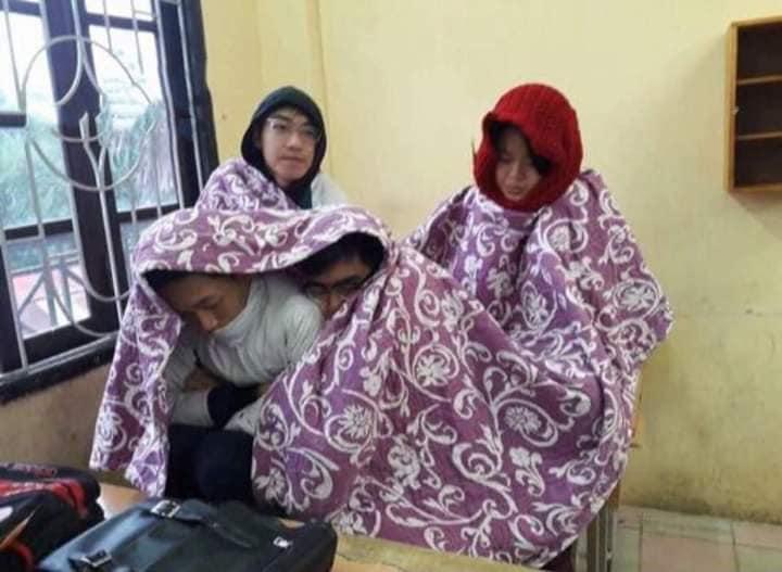 Chùm ảnh học sinh mang chăn đến lớp chống rét khi trời trở lạnh - ảnh 1