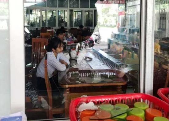 Hiện trường hỗn loạn vụ xô xát, đập phá nhà hàng ở biển Hải Tiến - ảnh 1
