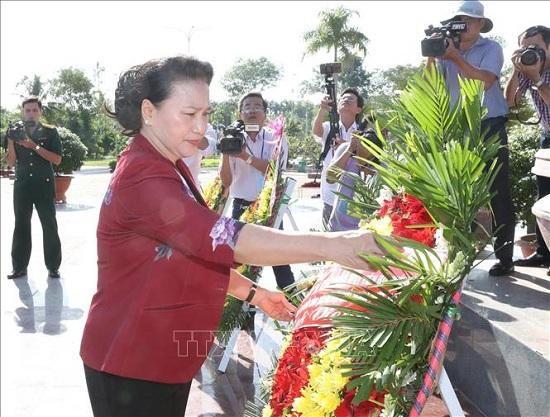 Chủ tịch Quốc hội dâng hương tưởng niệm các Anh hùng liệt sĩ tại Vĩnh Long - ảnh 1