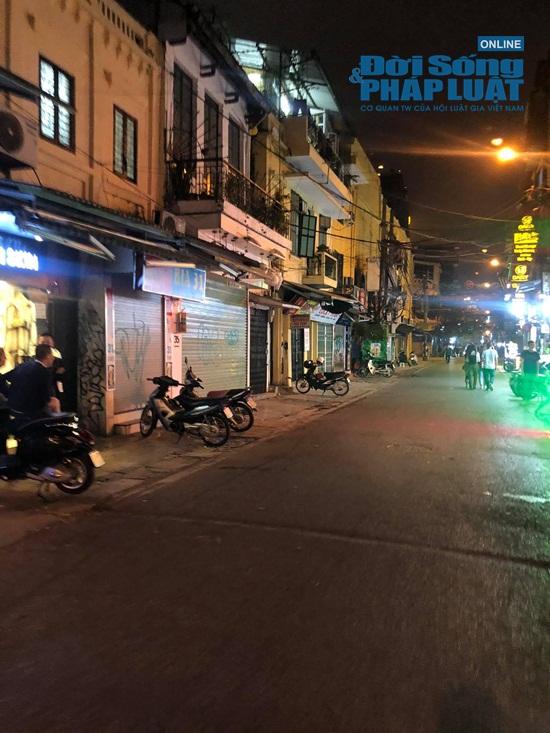 Hà Nội: Phố phường vắng lặng, nhiều cửa hàng, quán xá tạm đóng cửa trong mùa dịch Covid-19 - ảnh 1
