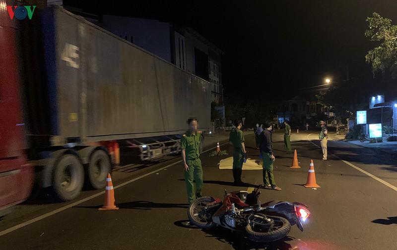 Bình Định: Truy tìm ô tô gây tai nạn khiến 2 thanh niên tử vong - ảnh 1