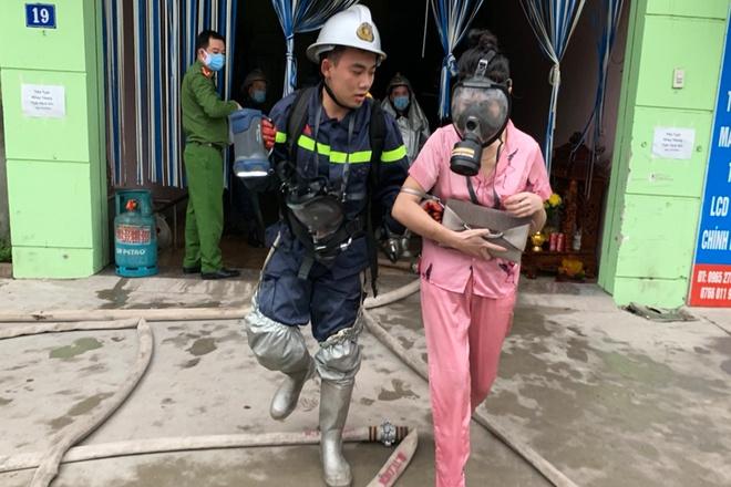 Hà Nội: Công an giải cứu 14 người mắc kẹt trong nhà nghỉ bốc cháy lúc rạng sáng - ảnh 1