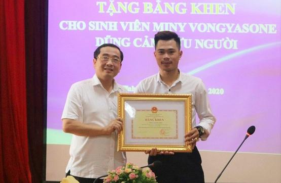 Tặng bằng khen cho sinh viên Lào dũng cảm cứu người đuối nước - ảnh 1