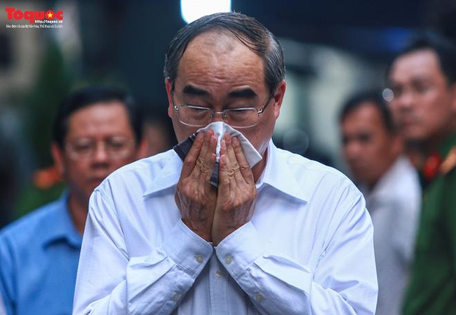 Bí thư Nguyễn Thiện Nhân bật khóc khi viếng học sinh lớp 6 bị cây phượng đè tử vong - ảnh 1