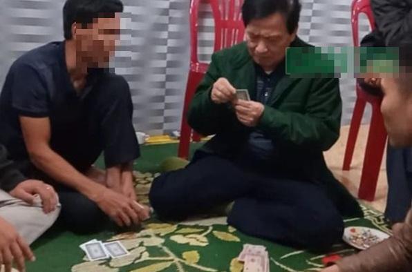 Chủ tịch xã ở Hà Tĩnh đánh bạc trong thời gian cách ly xã hội tiếp tục bị đình chỉ - ảnh 1