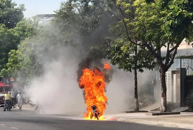 Tin tức thời sự mới nóng nhất hôm nay 29/6/2020: Xe máy đang lưu thông bất ngờ bốc cháy ngùn ngụt - ảnh 1