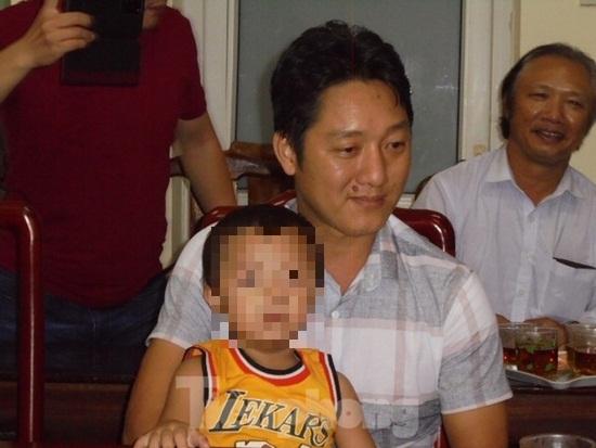 Nghẹn ngào khoảnh khắc bé trai hơn 2 tuổi bị bắt cóc ở Bắc Ninh đoàn tụ với gia đình - ảnh 1