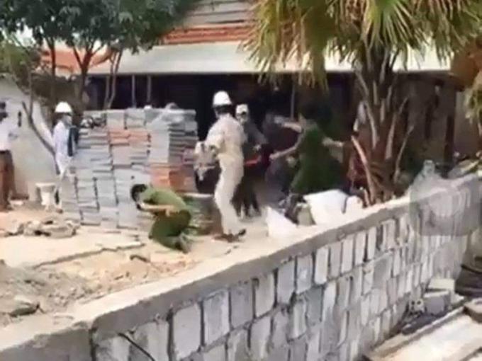 Đà Nẵng: Bị nhắc nhở xây dựng trái phép trong mùa dịch, 5 người trong gia đình vác gạch đá chống trả công an - ảnh 1