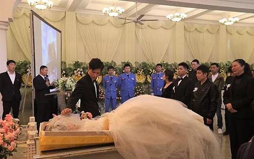 Xúc động với lễ cưới được tổ chức trong chính tang lễ của cô dâu - ảnh 1