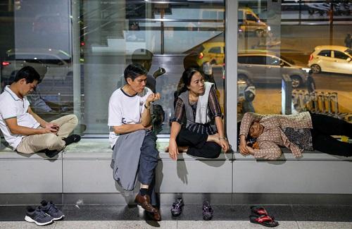 Nửa đêm, sân bay Tân Sơn Nhất vẫn chật kín vì người dân đón thân nhân về ăn Tết - ảnh 1