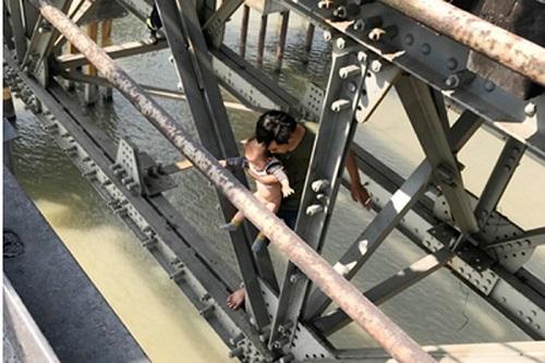 Giải cứu thành công người thanh niên ôm theo con nhỏ định nhảy cầu Long Biên - ảnh 1
