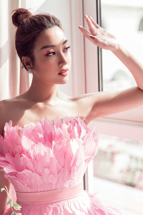 """Đỗ Mỹ Linh đẹp tựa """"hồng hạc"""", khoe sắc quyến rũ bên cạnh Lương Thùy Linh và Tường San - ảnh 1"""