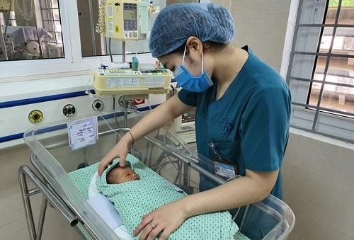 Vụ bé trai bị bỏ rơi 3 ngày trong hố ga ở Hà Nội: Bị nhiễm trùng nặng, nguy cơ mắc thêm các bệnh lý khác - ảnh 1