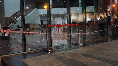 Va chạm với xe máy, ô tô mất lái lao vào tòa nhà hành chính ở Đà Nẵng - ảnh 1