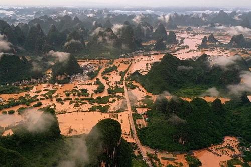 """Chùm ảnh lưu vực sông Dương Tử """"căng mình"""" trong dòng lũ đục ngầu - ảnh 1"""