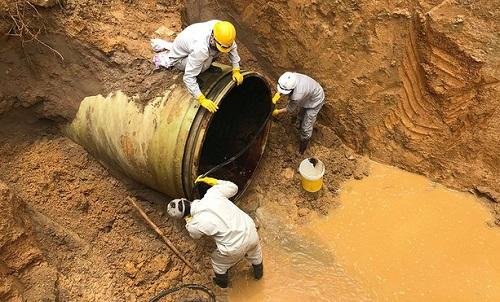 Đường ống nước sạch sông Đà lại vỡ, nhiều hộ dân Thủ đô mất nước giữa ngày hè nắng nóng - ảnh 1