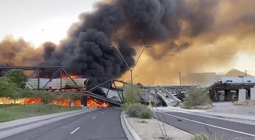 Hiện trường rực lửa vụ tàu chở hàng 102 toa trật ray cháy dữ dội, sập một phần cầu ở Mỹ - ảnh 1