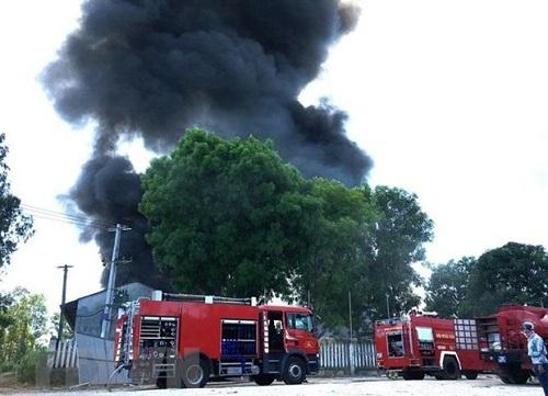 Quảng Ngãi: Cháy lớn tại kho sản xuất mui nệm - ảnh 1