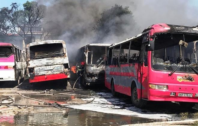 Thanh Hóa: Cháy lớn thiêu rụi 6 ô tô chở công nhân - ảnh 1