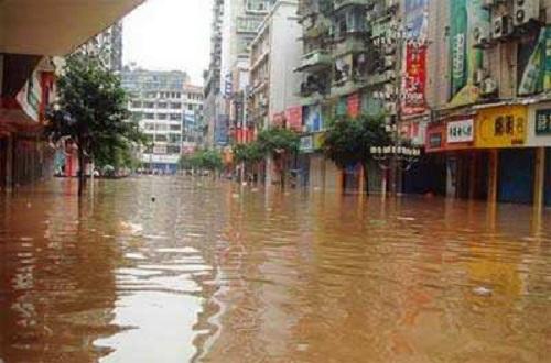 Video: Dòng lũ kinh hoàng đánh sập vỉa hè, cuốn phăng xe tải ở Trung Quốc - ảnh 1