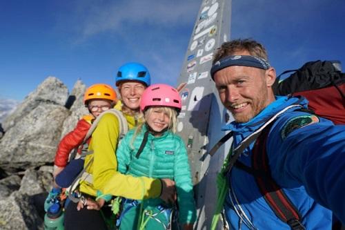 Bé trai 3 tuổi trở thành người trẻ tuổi nhất chinh phục ngọn núi hơn cao 3.000m - ảnh 1