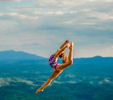 Bé gái 10 tuổi duy trì 30 giờ tập/tuần rèn cơ bụng 6 múi, tinh thần thể thao khiến ai cũng phải kinh ngạc - ảnh 1