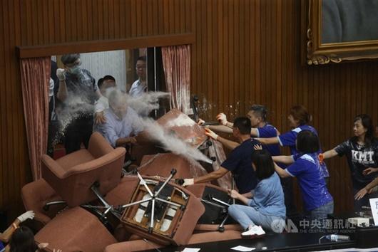 Nghị sĩ Đài Loan ẩu đả, ném bóng nước vào nhau ngay tại nghị trường - ảnh 1