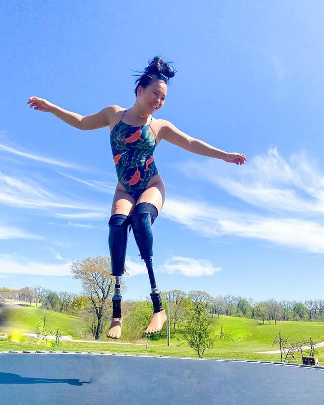 Mất 2 chi dưới gối, cô gái gốc Việt vẫn trở thành vận động viên bơi lội ở Mỹ - ảnh 1