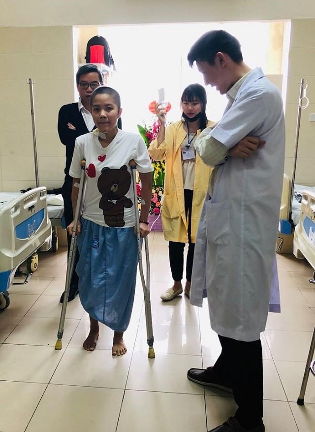 Chuyện của cô gái có xương đùi bằng kim loại đầu tiên ở Việt Nam - ảnh 1