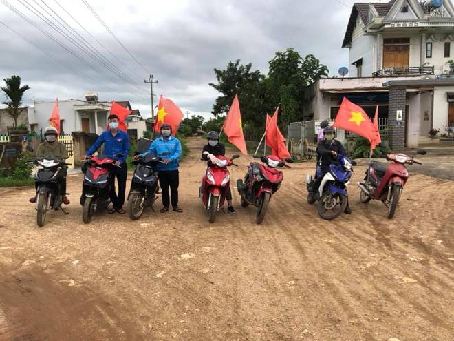 Đắk Lắk: Đoàn viên thanh niên chở loa đi tuyên truyền người dân chống dịch - ảnh 1