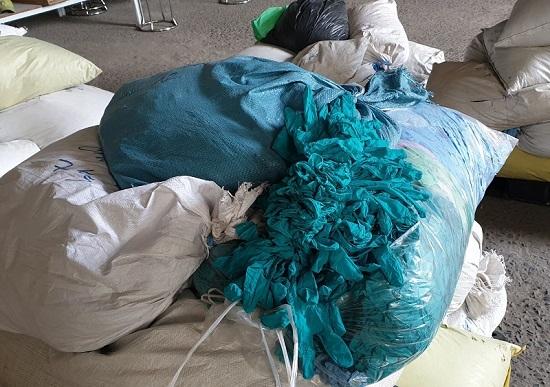 Phát hiện hơn 2 triệu găng tay y tế tái chế chuẩn bị tiêu thụ ra thị trường  - ảnh 1