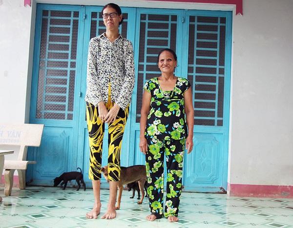 Thiếu nữ miền Tây khổ vì cao tới 2m, mong có sức khỏe để đỡ đần mẹ - ảnh 1