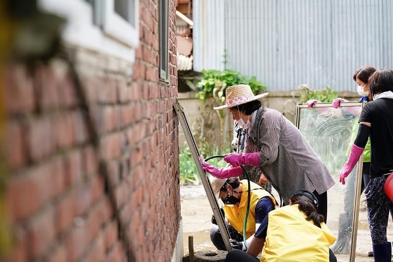 Đệ nhất phu nhân Hàn Quốc cùng người dân dọn dẹp sau lũ  - ảnh 1