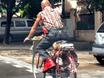 """Cộng đồng mạng - Người đàn ông ăn mặc """"cực dị"""" đạp xe trên đường phố"""