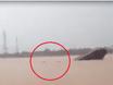 Chìm tàu trên sông Đuống, nhiều người cố gắng bơi ra khỏi tàu