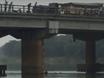 Nam thanh niên lao mình xuống sông cứu cô gái nhảy cầu tự tử