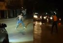 """Cộng đồng mạng - Clip: Nam thanh niên """"ngáo đá"""" cởi trần chặn xe giữa đường"""