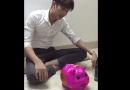 Cộng đồng mạng - Bị bạn gái bỏ rơi vì không có SH, chàng trai đập lợn