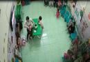 Chuyện học đường - Hà Nội: Cô giáo liên tiếp đổ sữa vào miệng, đá vào người khi trẻ đang ngủ