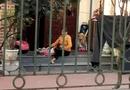 An ninh - Hình sự - Clip người phụ nữ vật ngửa bé gái để đút ăn gây bức xúc
