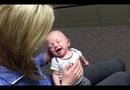 Phản ứng vô giá của bé trai lần đầu nghe tiếng bố mẹ