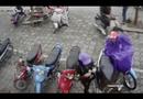 Trộm mặc áo mưa để che khi móc giỏ xách trong cốp xe