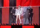 Bảo Thy liều lĩnh nhảy trên băng chuyền tự đồng trên tại khấu The Remix