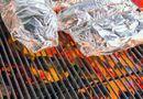 Sức khoẻ - Làm đẹp - Dùng giấy bạc bọc thực phẩm trong nhà bếp: Nguy hại khôn lường