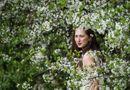Tin thế giới - 24h qua ảnh: Thiếu nữ Nga rạng rỡ giữa vườn hoa táo