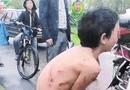 Cộng đồng mạng - Phẫn nộ cảnh cậu bé bị bố lột đồ, trói bằng dây thừng kéo sau xe máy