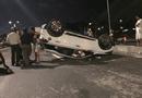 """Tin trong nước - Hà Nội: Ôtô """"phơi bụng"""" giữa đường, 3 người may mắn thoát chết"""