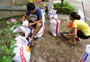 """Tin trong nước - Hà Nội: Người dân """"đắp đê"""" chống nước ngập vào nhà"""