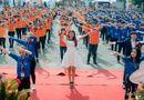 Clip: Phạm Hương nhảy flashmob cùng hàng nghìn sinh viên
