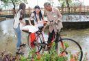 Tin tức - Hà Thu, Diệu Linh cả ngày vác gạo trong mưa giúp bà con xứ Huế